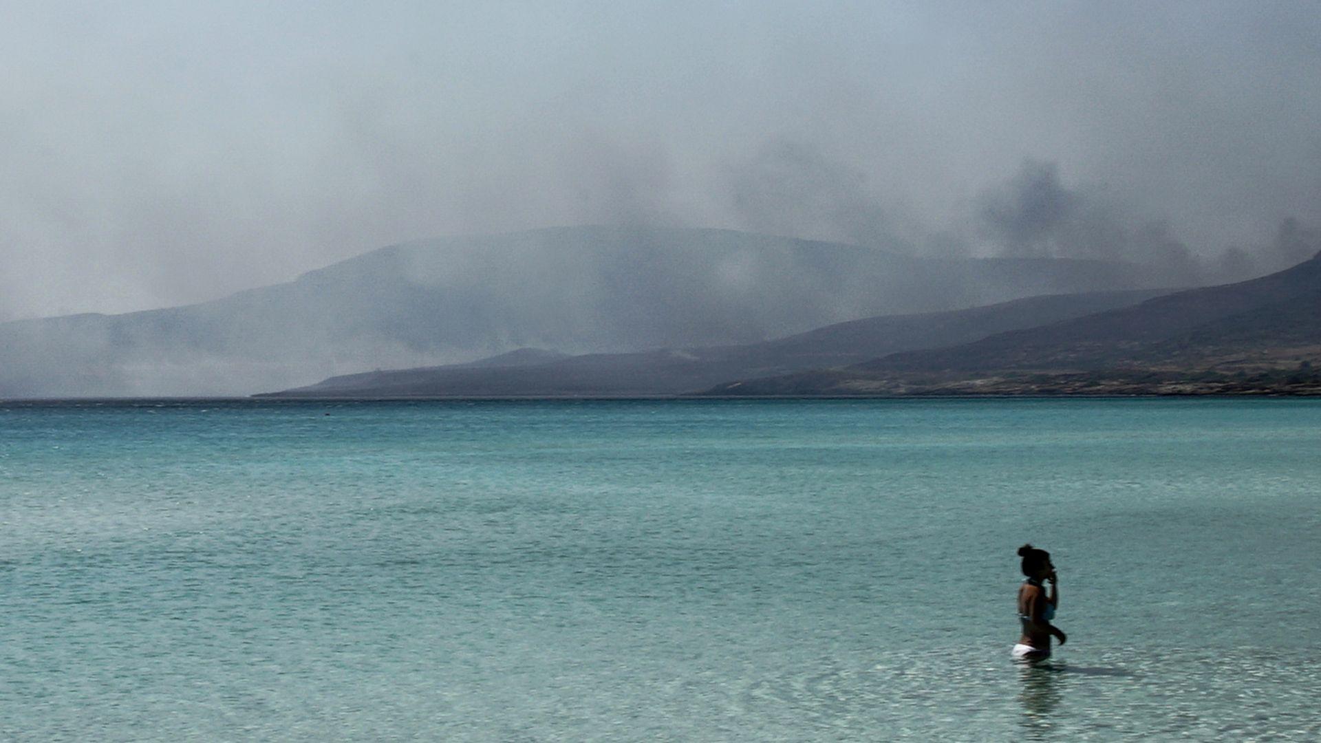 Над 50 горски пожара бушуват в Гърция (снимки)