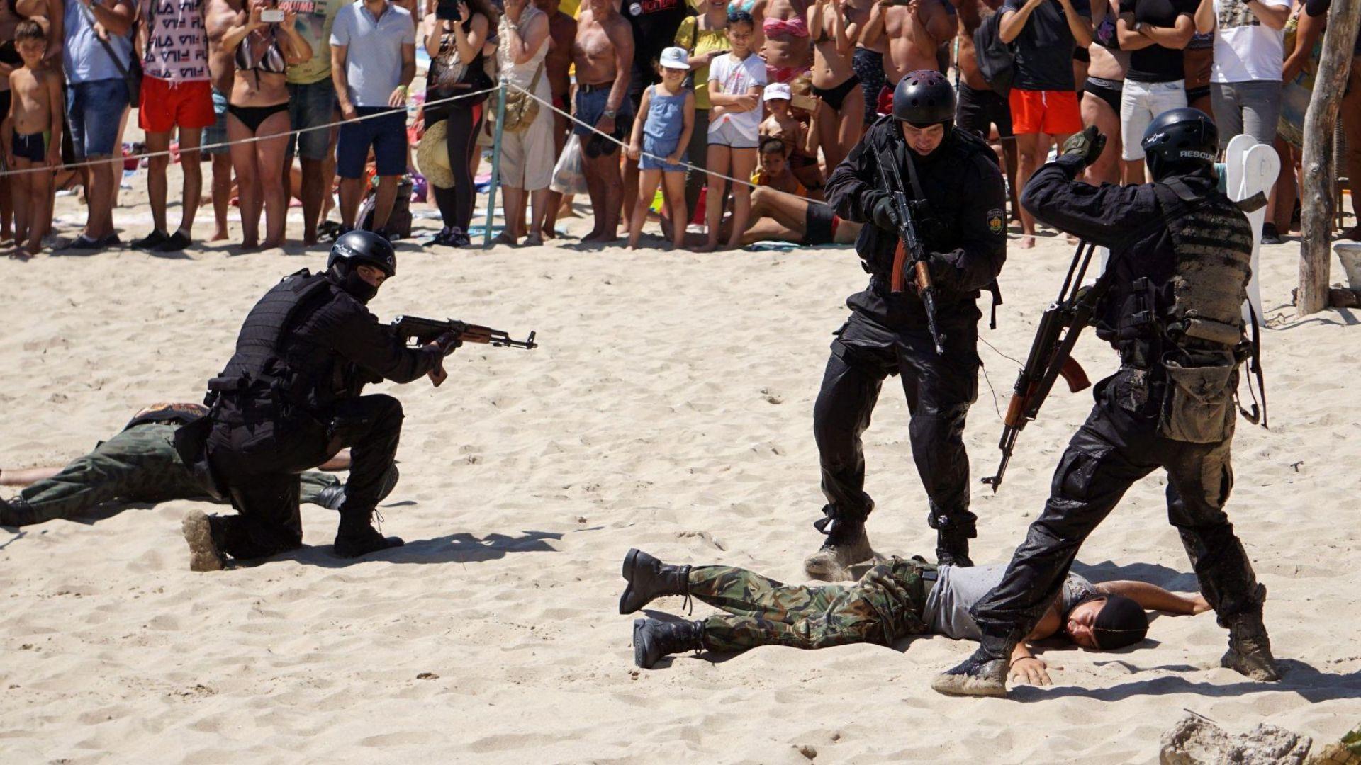 Снимка: Военноморските сили направиха зрелищно шоу на плажа във Варна