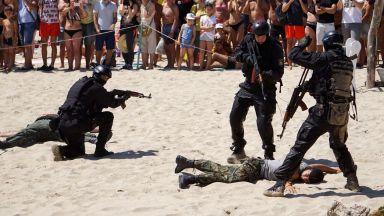 Военноморските сили направиха зрелищно шоу на плажа във Варна (снимки)