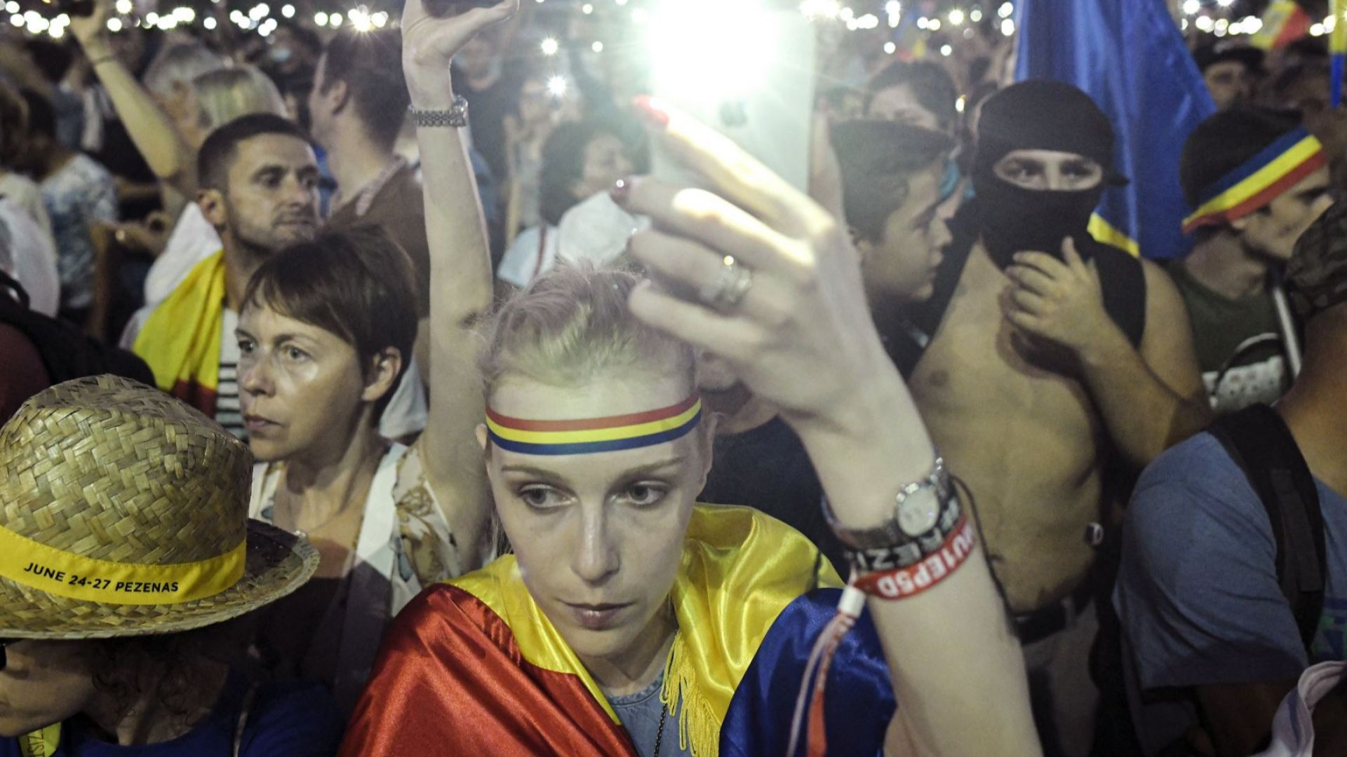 Десетки хиляди румънци скандираха в Букурещ: Долу правителството! Крадци! (снимки)