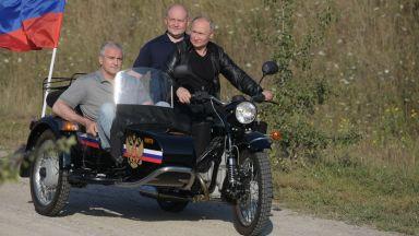 """С кожено яке и мотор """"Урал"""" Путин се появи на шоу на ''Нощните вълци'' (снимки)"""
