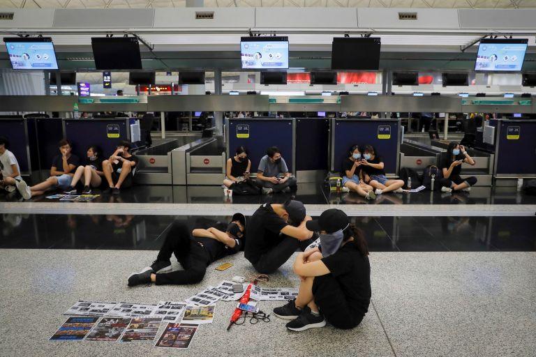 Седяща стачка затвори летището на Хонконг на 12 август