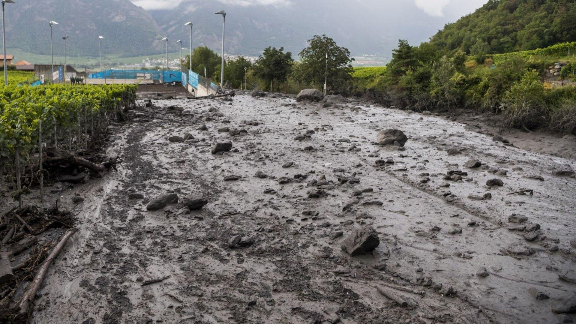 Издирват млад мъж и дете след кален потоп в швейцарските Алпи