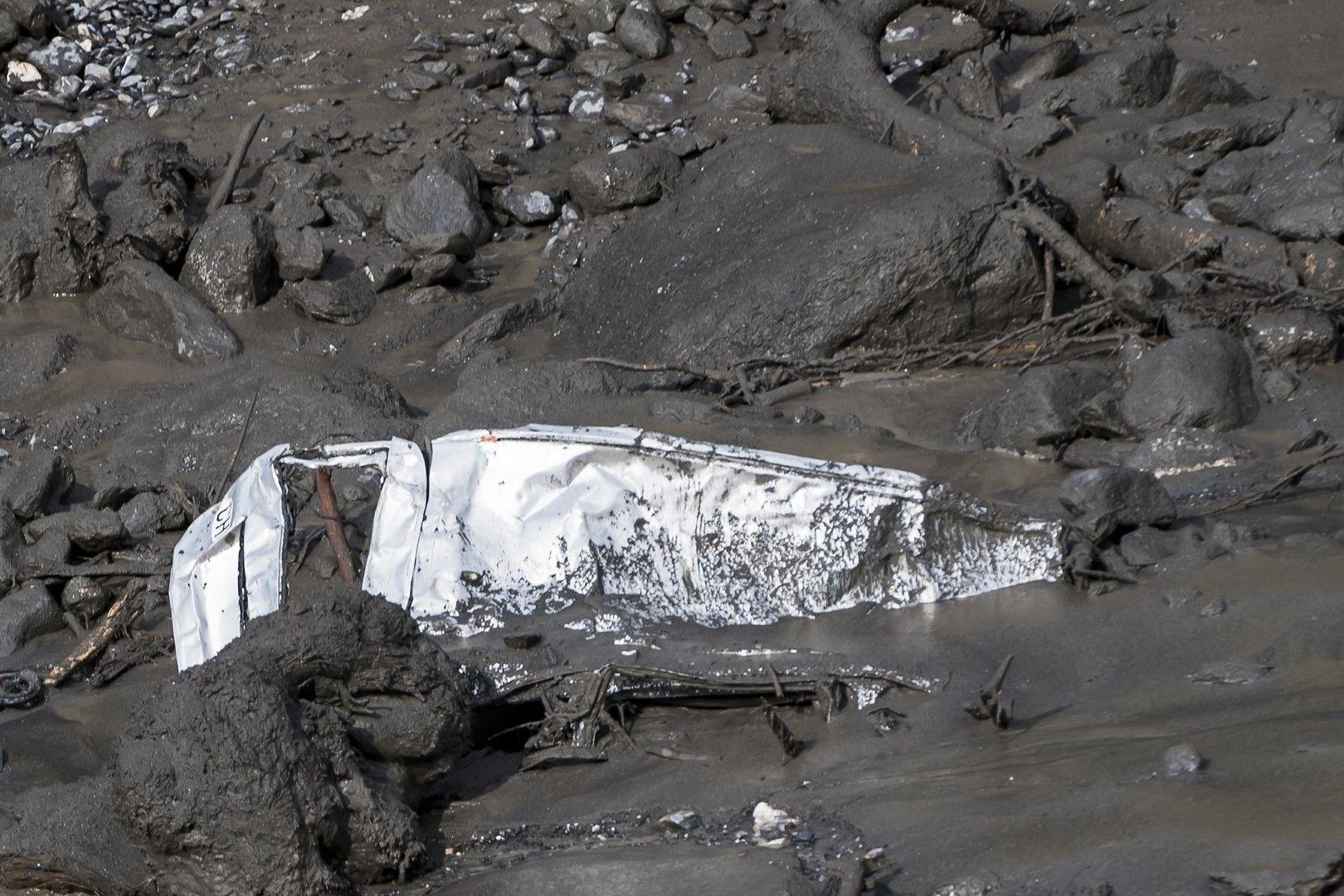 Кола се подава от калния порой, в какъвто се е превърнало коритото на р. Лозанс в района на селището Шамосон, Швейцария. Колата е била празна
