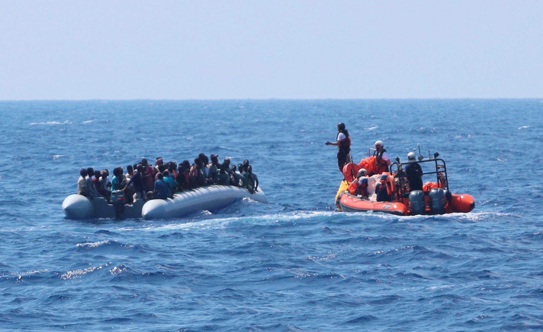"""От """"Оушън вайкинг"""" инструктират поредната порция мигранти преди да ги качат на борда"""