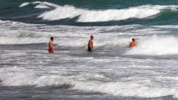14-годишно момиче изчезна в бурното море във Варна
