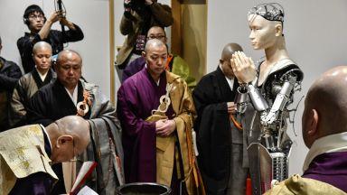 Будистки храм в Япония нае робот за свещеник