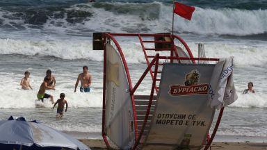 Червен флаг по черноморските курорти заради мъртво вълнение и големи вълни
