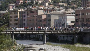 Тъжна годишнина събра стотици при срутения мост в Генуа  (видео/снимки)