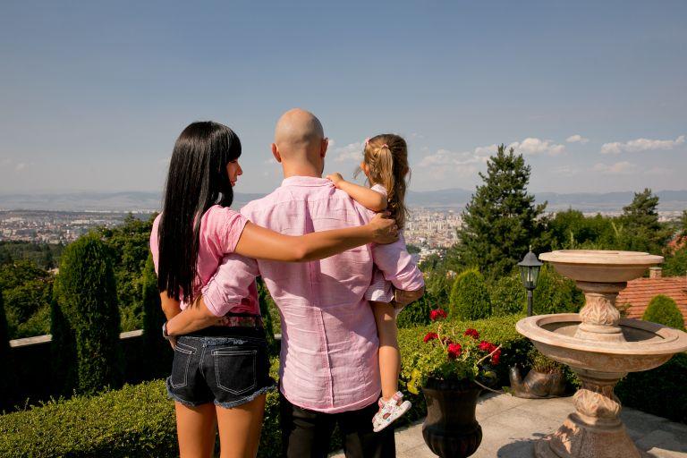 Семейство Младенови в лятаната им къща, от която се открива гледка към цяла София
