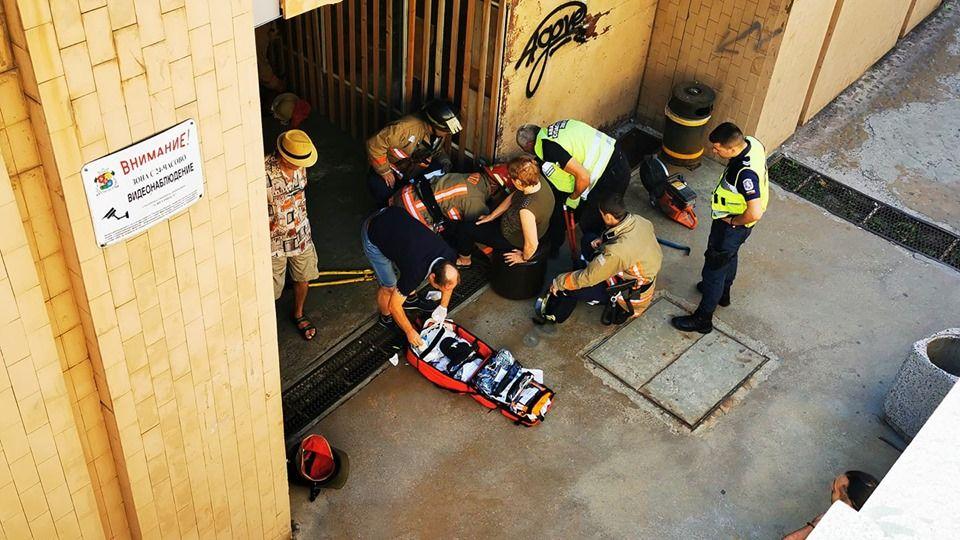 Снимката, на която се вижда заклещената в шахта жена