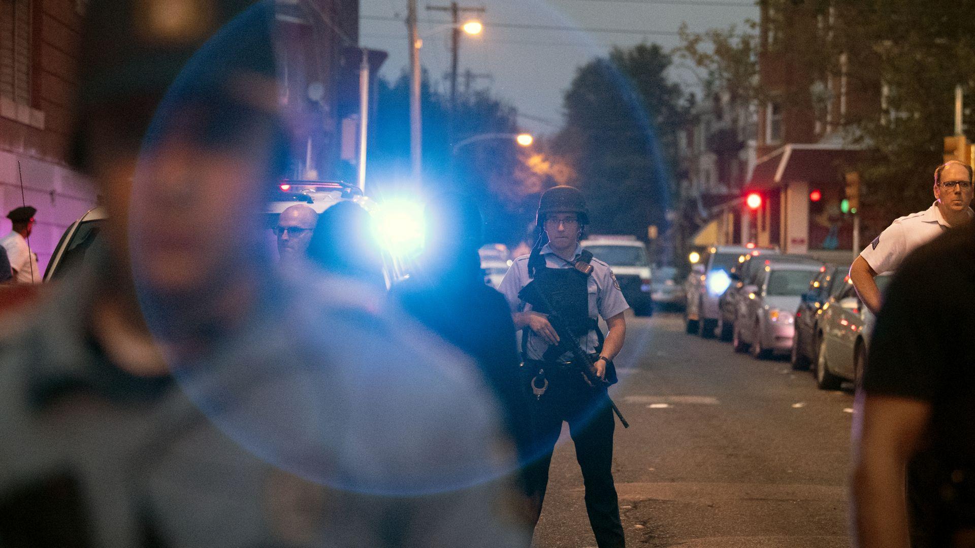 Въоръжен взе заложници във Филаделфия, рани шестима полицаи (видео)