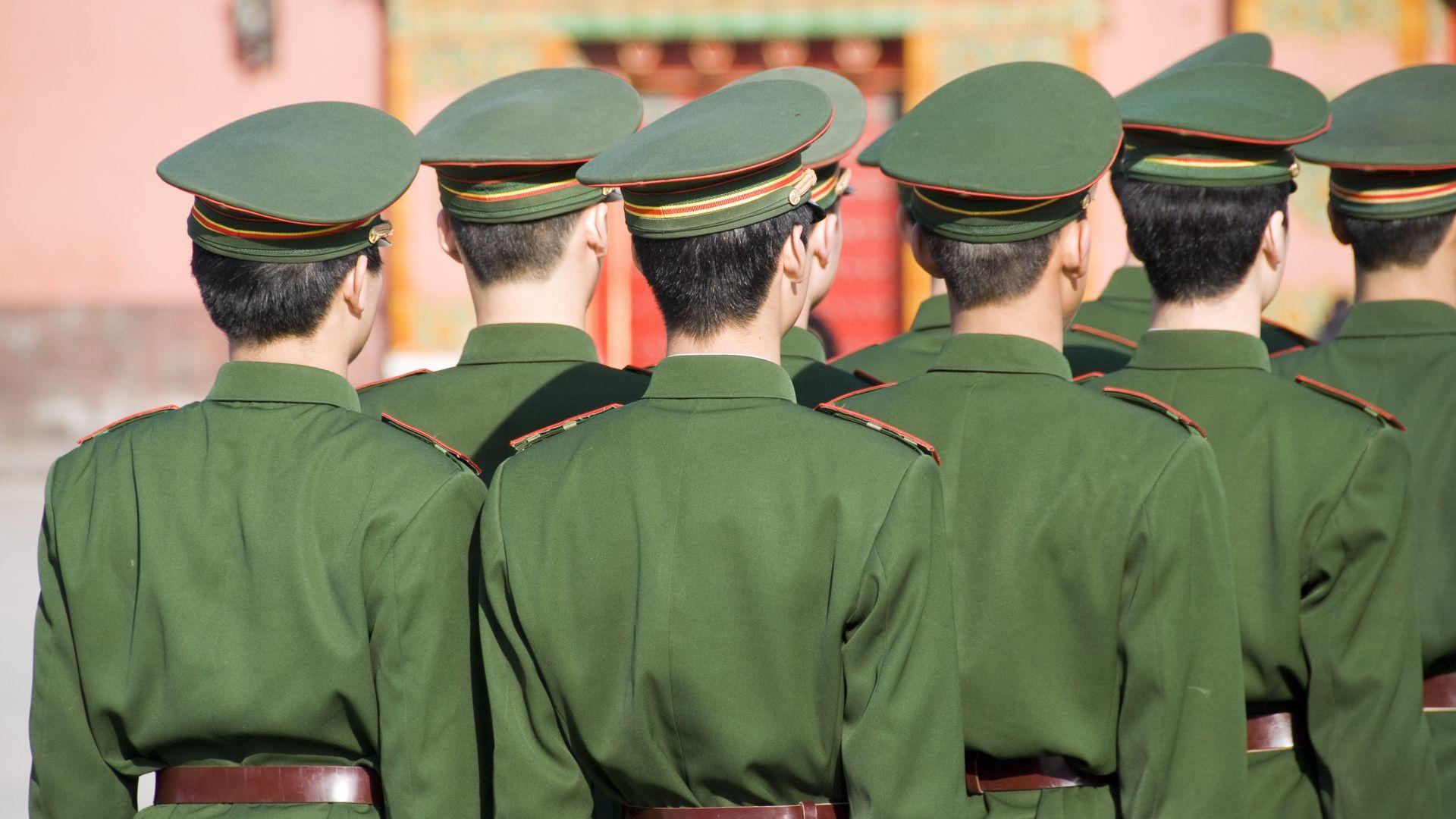 Китайската армия проведе парад близо до границата с Хонконг