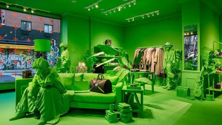 Неоново зелено създава мистична обстановка  в магазин  в Ню Йорк