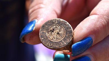 НИМ ще покаже масивен императорски златен пръстен и съд за... сълзи