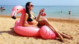 Лорина Камбурова изкусителна на морския бряг