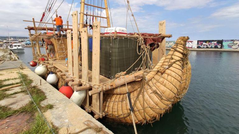 Индианци построиха тръстикова лодка край Варна