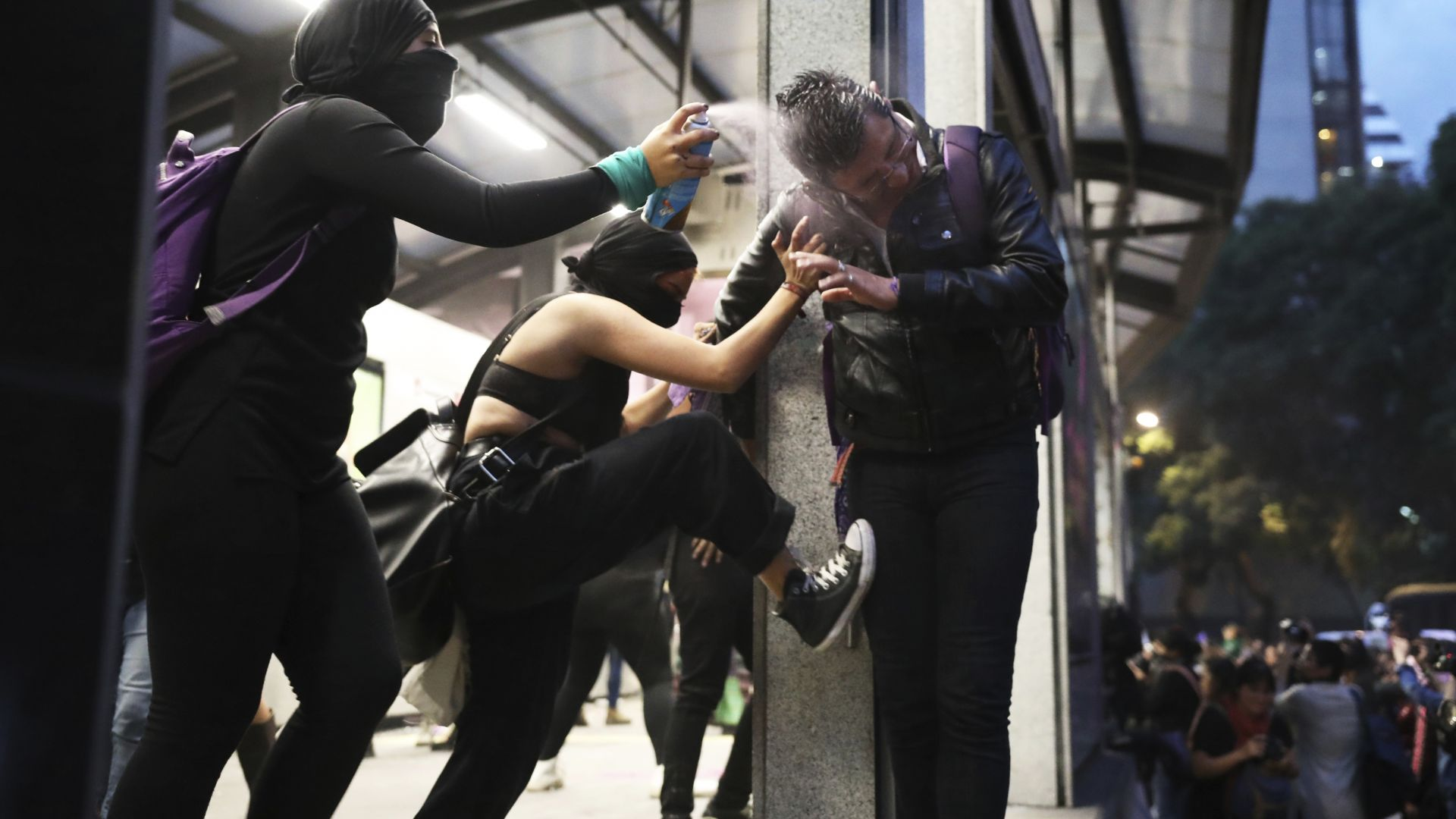 В мексиканската столица късно снощи избухнаха безредици, след като стотици