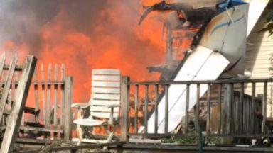 Двама души загинаха, след като малък самолет падна върху къща в САЩ