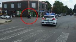 Може ли полицай да кара скутер без каска пред патрулка?