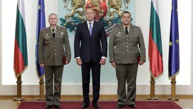 Радев връчи генералски пагони на двама военнослужещи