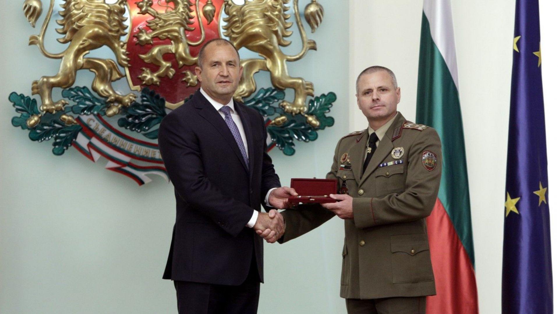 Румен Радев връчва генералските пагони на Стоян Шопов