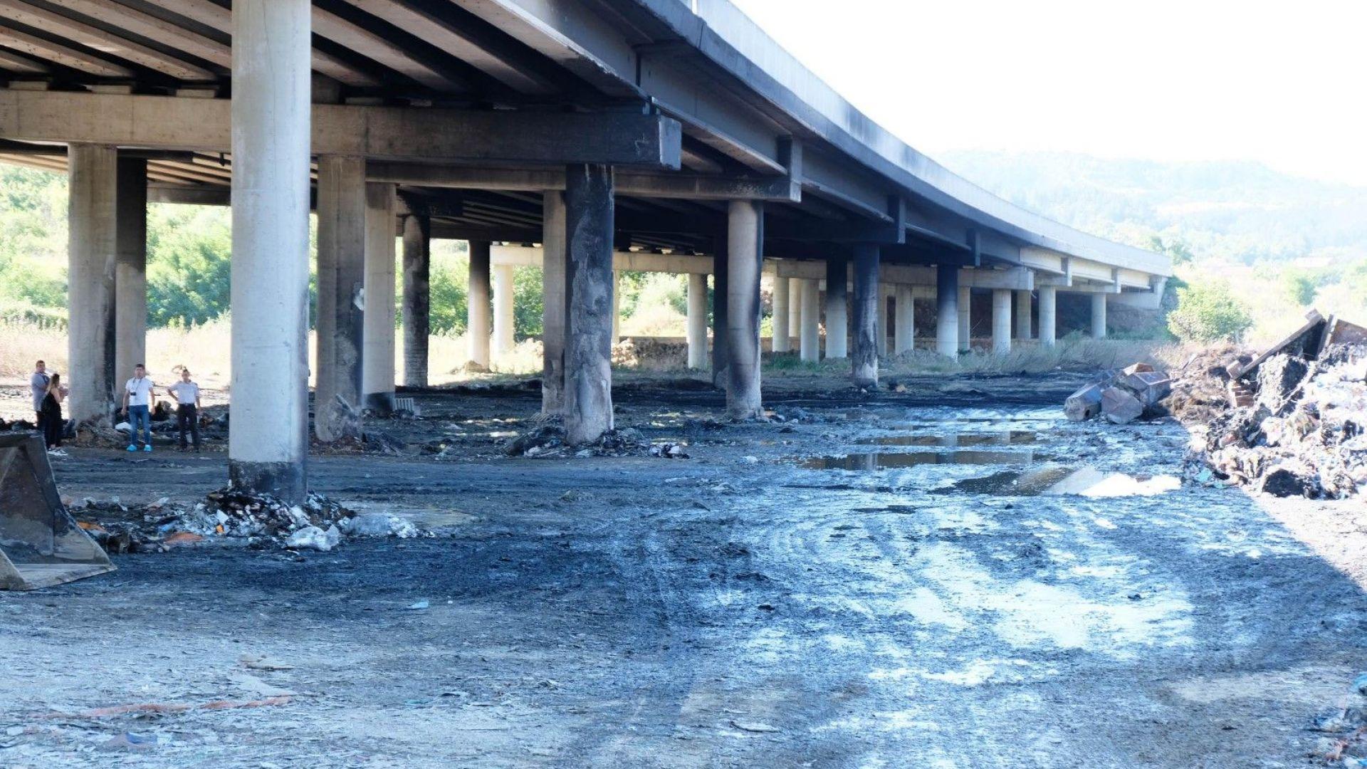 Снимка: Прокуратурата обвини собственика на депото за отпадъци, пламнало край Струма