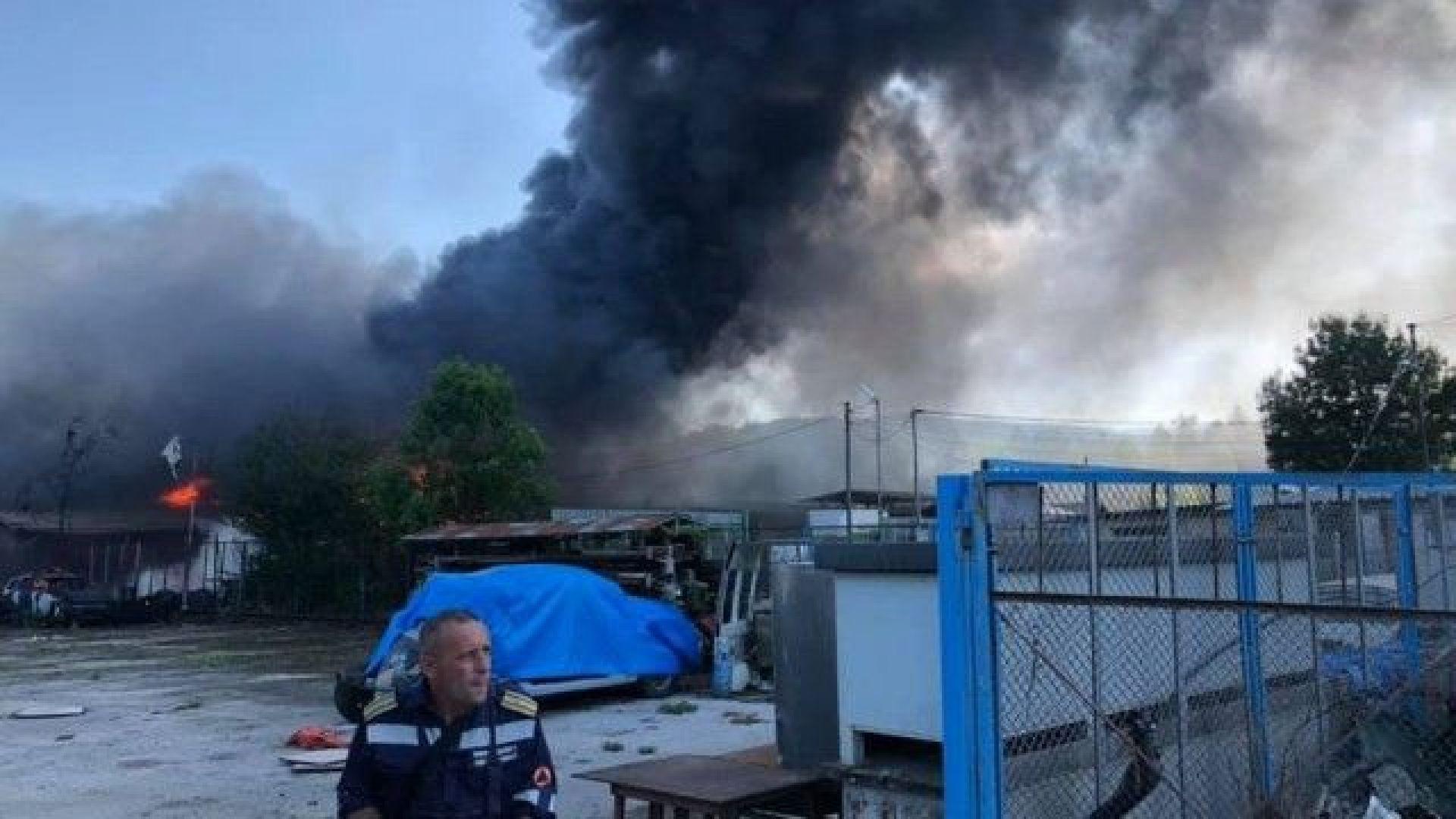 Изгоряха автомобили и 10 тона машинно масло в склад в Ботевград
