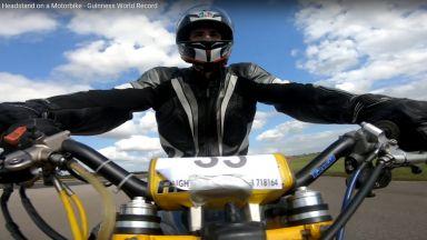 Каскадьор постави Гинес по каране на мотор с главата надолу (видео)