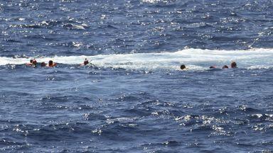 Испания изпраща военен кораб заради побеснели мигранти (видео)