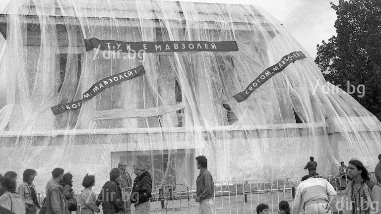 6 дни строят, 6 дни събарят Мавзолея на Георги Димитров (архивни снимки)