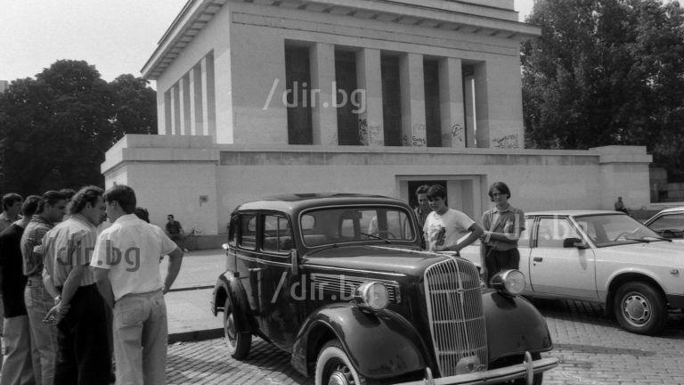 Един от автомобилите на Борис II преди да изчезне предизвиква небивал интерес пред Мавзолея