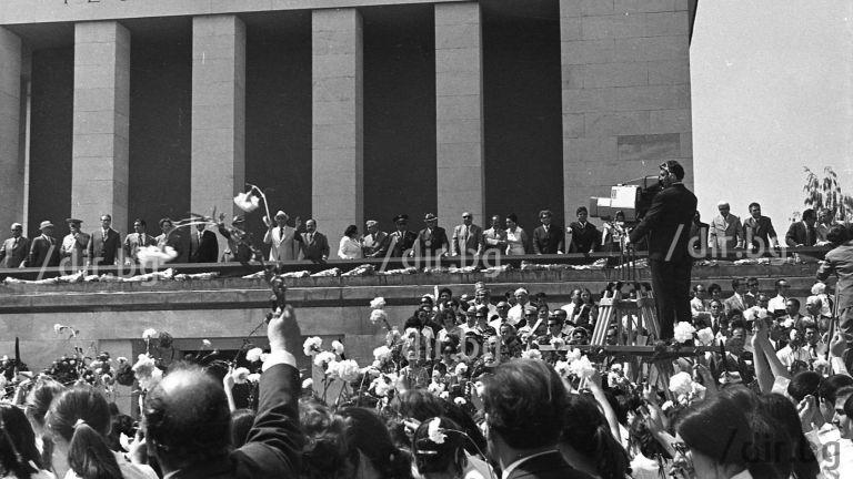 Официалните лица и възторженото множество на 24 май 1973 г.