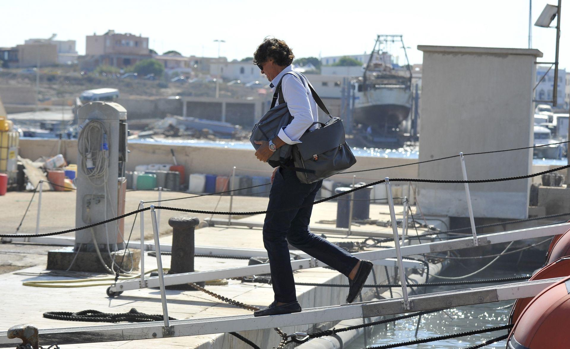 Прокурорът на Агридженте Луиджи Патронаджо издал съответната заповед след инспекция на кораба
