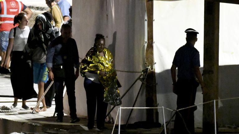 """Край на драмата - евакуират мигрантите от """"Оупън армс"""" веднага, конфискуват кораба"""