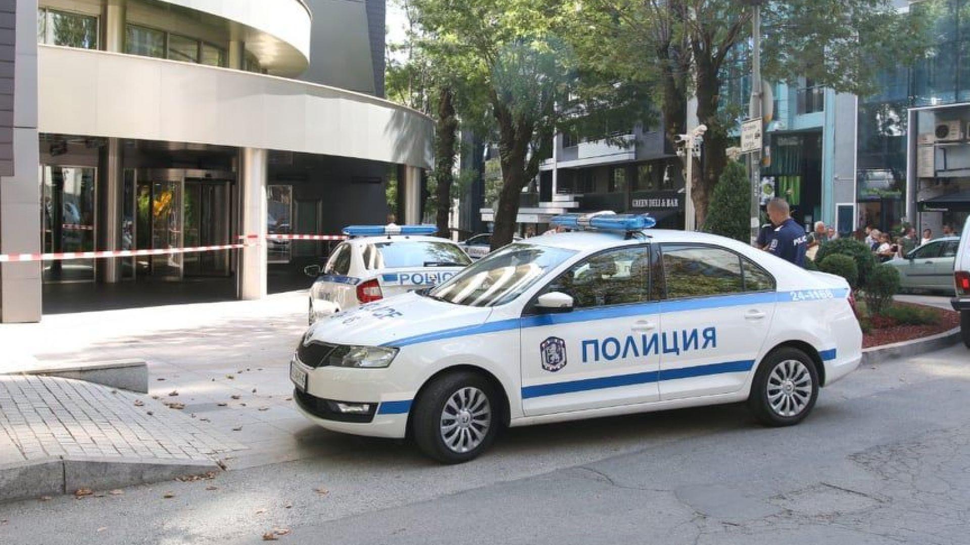 """Сградата на ул. """"Николай Хайтов"""" е под полицейска обсада заради бомбената заплаха"""