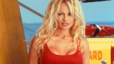 """На 52 Памела Андерсън сваля гаджета с емблематичния бански от """"Спасители на плажа"""""""