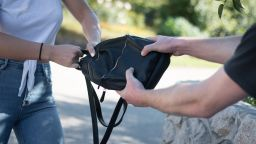 Военен в отпуск залови крадец, ограбил жена в Карлово