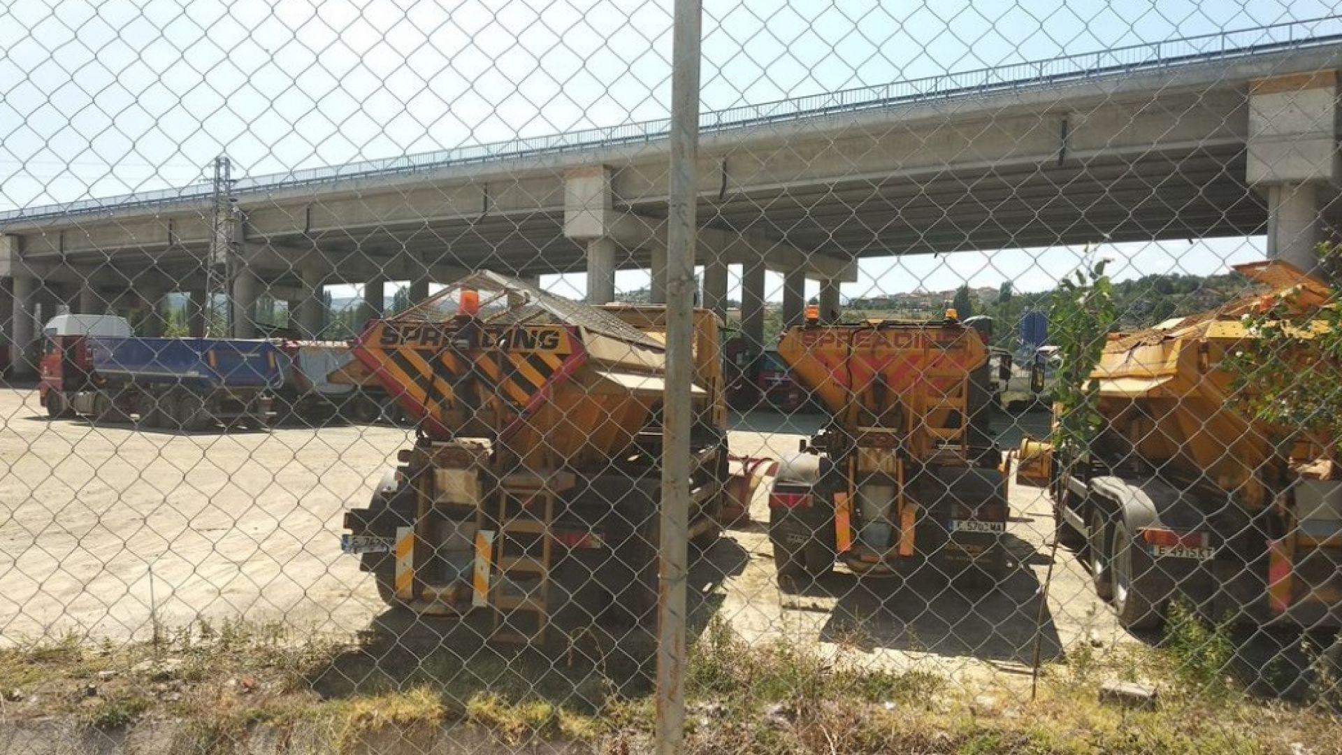 Снимка: Фирма незаконно ползва терен под мост на АМ Струма като автопарк