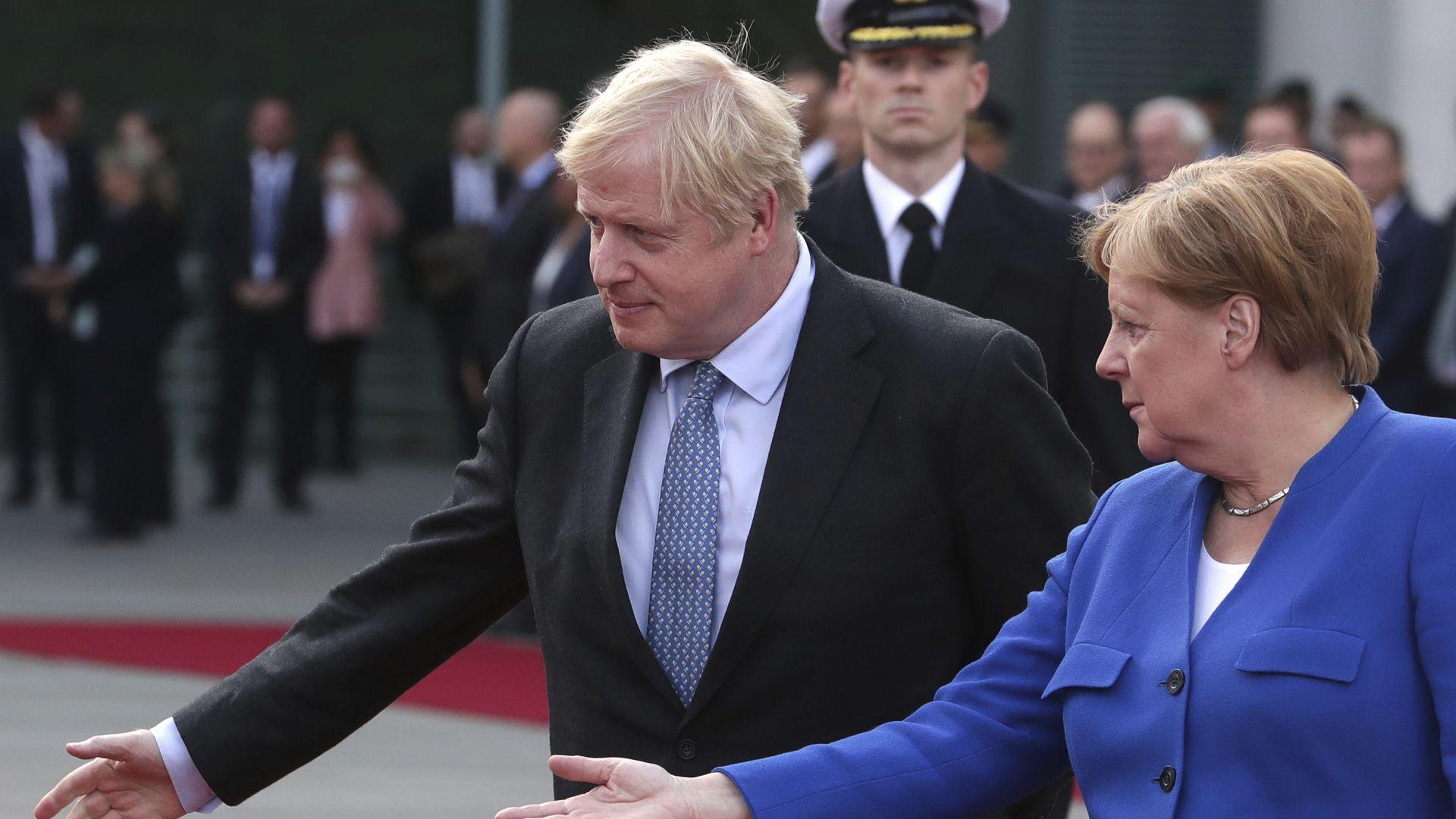 """Борис Джонсън бе посрещнат в Берлин от демонстранти: """"Спрете Брекзит!"""" (снимки)"""