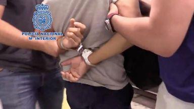 Арестуваха мъж, снимал под полите на над 550 жени в Испания