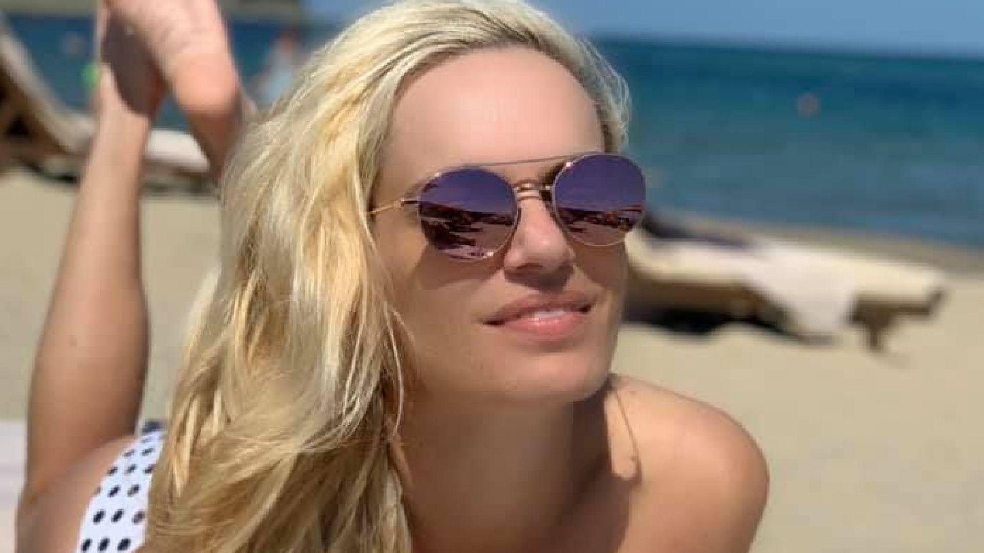 Ива Екимова хваща тен топлес на морето