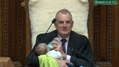 Доведете си бебето: Защо председателят на новозеландския парламент храни новородено с биберон