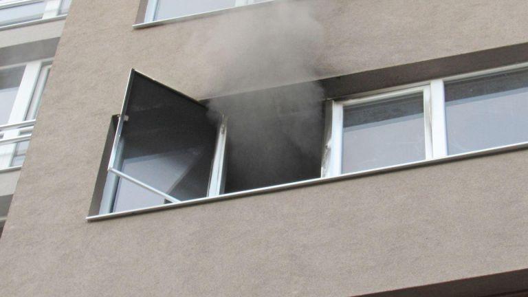 Спасиха 17-годишно момиче при пожар жилищен блок (симки и видео)