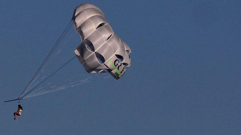 Туристите, летели с откъсналия се парашут край Созопол, не си взели парите обратно
