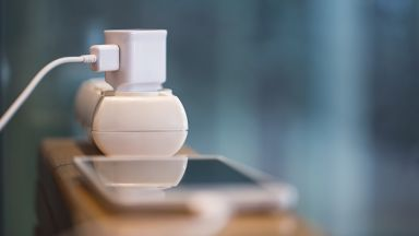 Опасно ли е зарядното в контакта без телефон - три мита и една истина