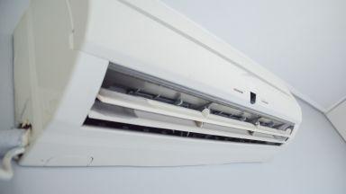 Може ли да включваме климатика при отворен прозорец?