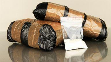 Полицията накара трафикант сам да изкопае заровения хероин в двора му