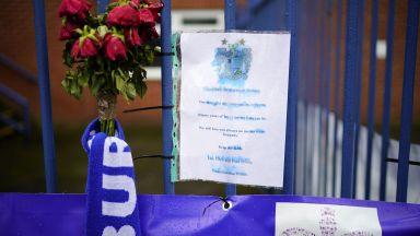 В позлатения и лъскав свят на английския футбол, един горд ветеран умира