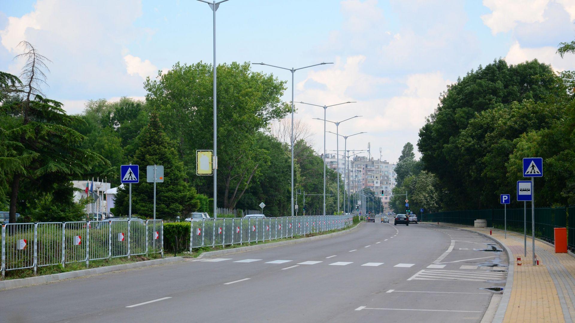Снимка: Обновяват пешеходната маркировка във Варна